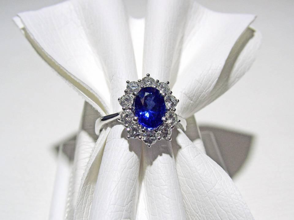 Anello Zaffiro e Contorno Diamanti